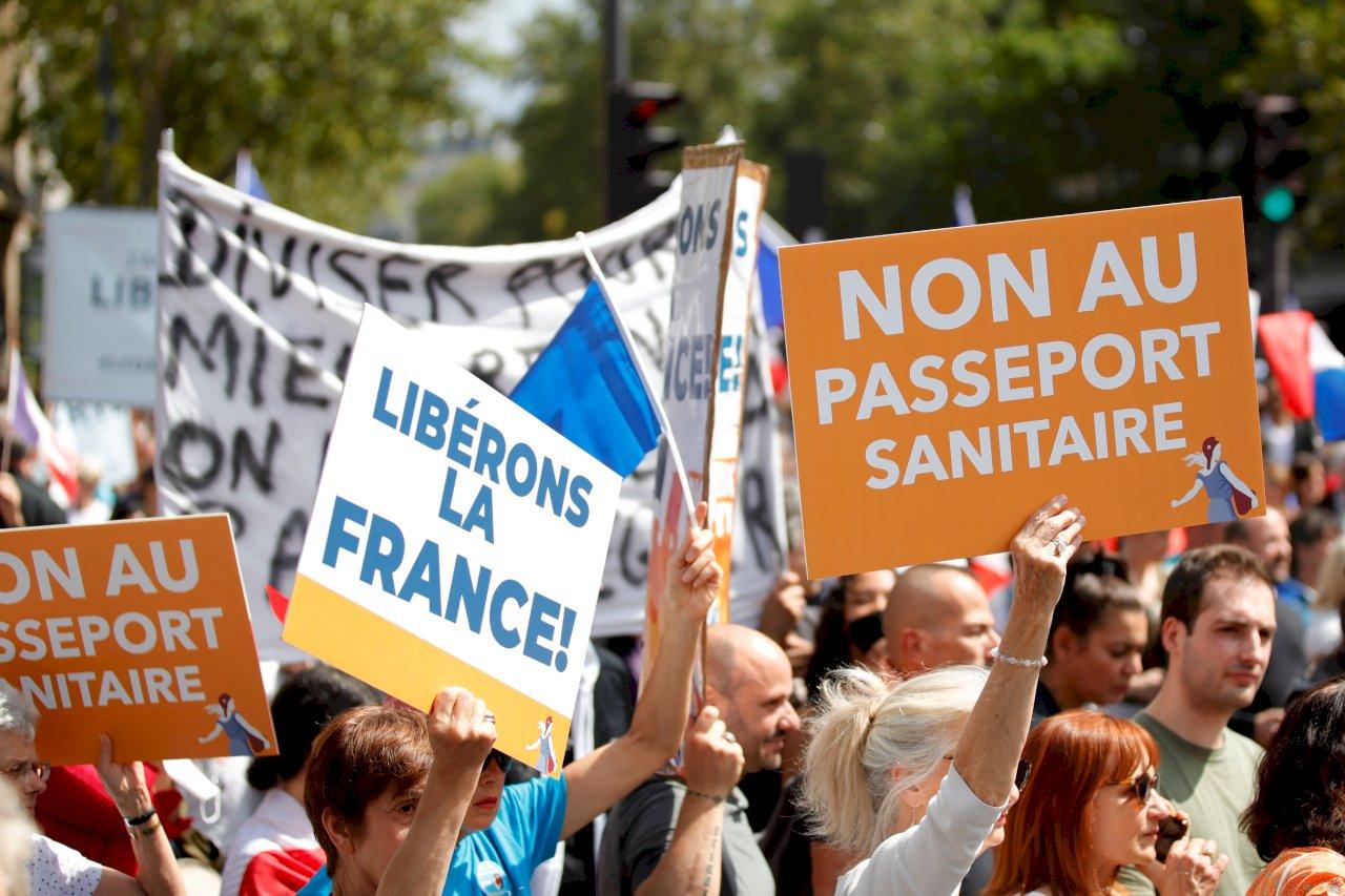 法國逾20萬人走上街頭 抗議健康通行政政策