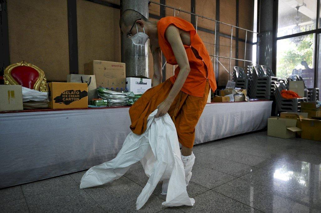 泰國疫情肆虐 僧侶穿上防護衣服務弱勢鼓舞人心