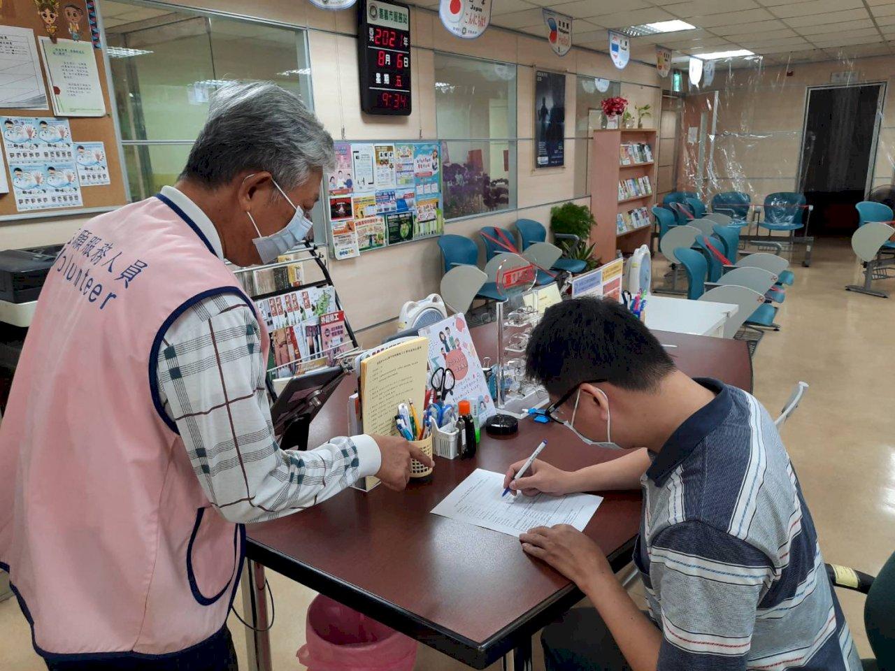 孝順台女婿替越南岳父母申請證號預約疫苗 「感謝政府開放」