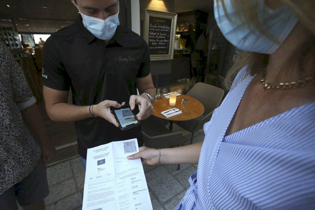 大棒勝過胡蘿蔔?法國健康通行證鐵腕催打疫苗