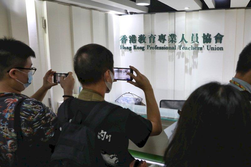 不敵政治壓力 香港教協大會表決通過解散