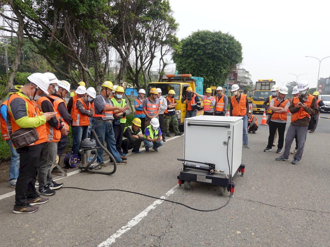 防小坑變天坑 公路總局獨創填補道路坑洞利器