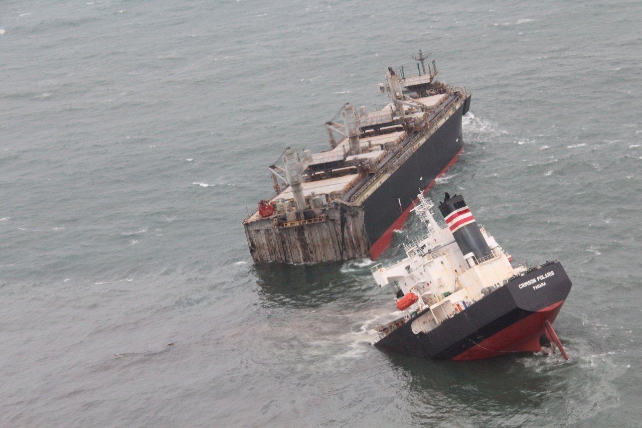 巴拿馬籍貨船日本觸礁 船身斷兩截漏油綿延5公里