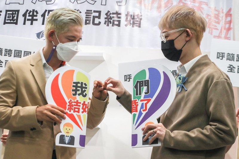 信奇阿古結婚了 首對台灣澳門跨國同婚登記
