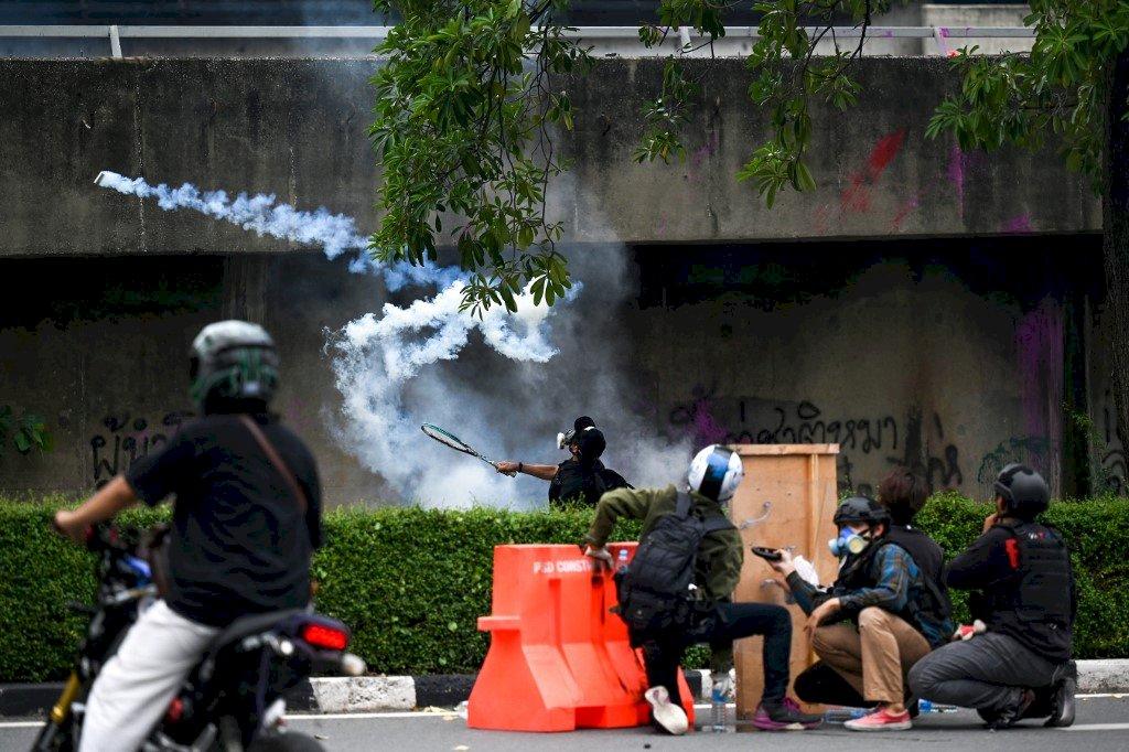 泰國抗議民眾朝總理官邸遊行 與警察爆衝突