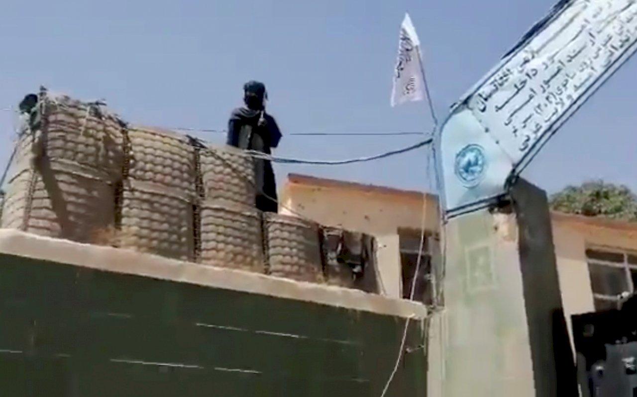 塔利班攻城掠地 奪得美軍武器助攻勢