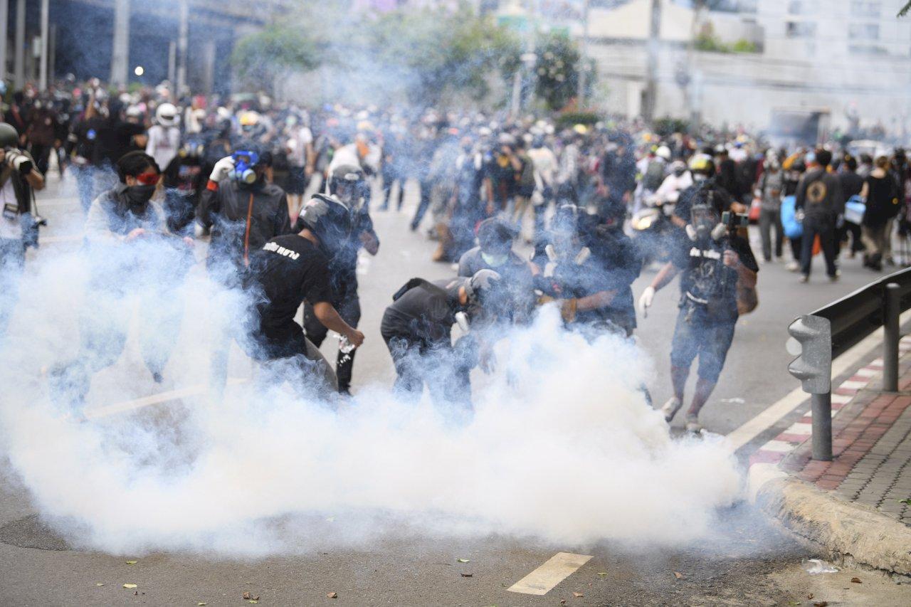 泰國車隊示威 總理官邸附近爆警民衝突
