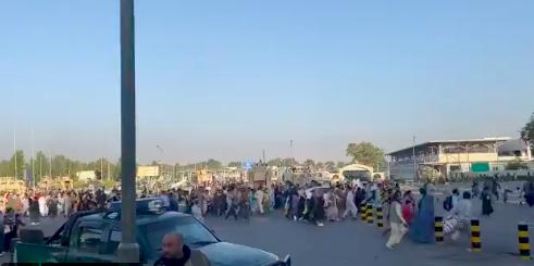 恐懼蔓延!大批民眾湧入機場盼逃離阿富汗 場面幾近失控