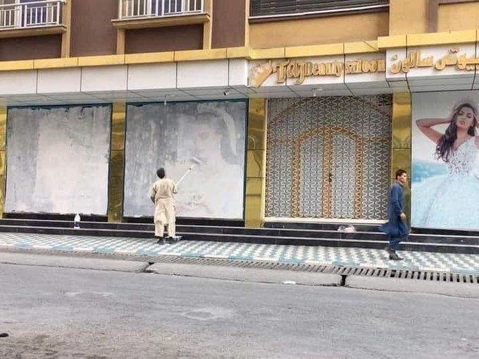 塔利班重掌權 喀布爾商店忙塗掉女性模特兒廣告