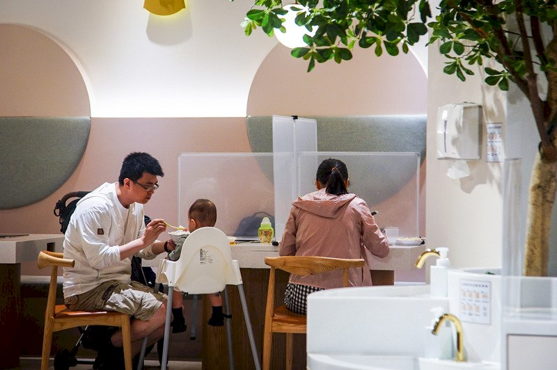 業者難分辨 新北餐飲內用家人同桌仍需採隔板梅花座