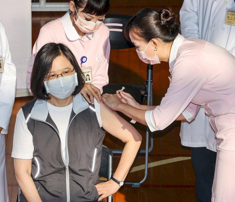 蔡總統完成高端疫苗第一劑接種 說施打時很輕鬆沒什麼感覺 (影音)
