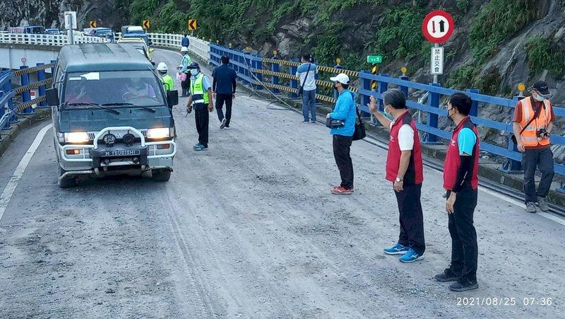 歷時17天終於衝破孤島 明霸克露橋便道今起管制通行