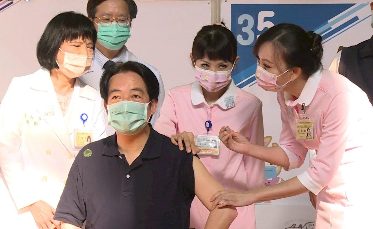 賴清德完成高端首劑接種 籲民眾打疫苗保護自己與家人