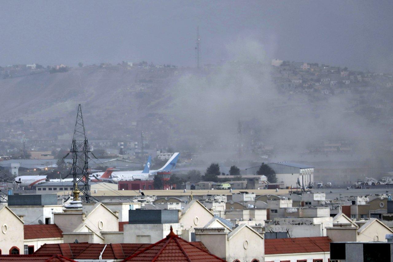 塔利班官員:喀布爾機場外疑似自殺炸彈攻擊 至少13死