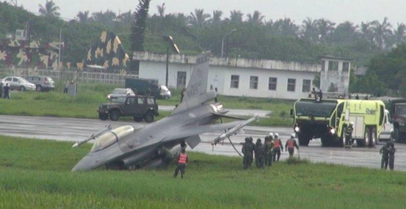 漢光戰備道演練F-16衝出跑道 人員均安