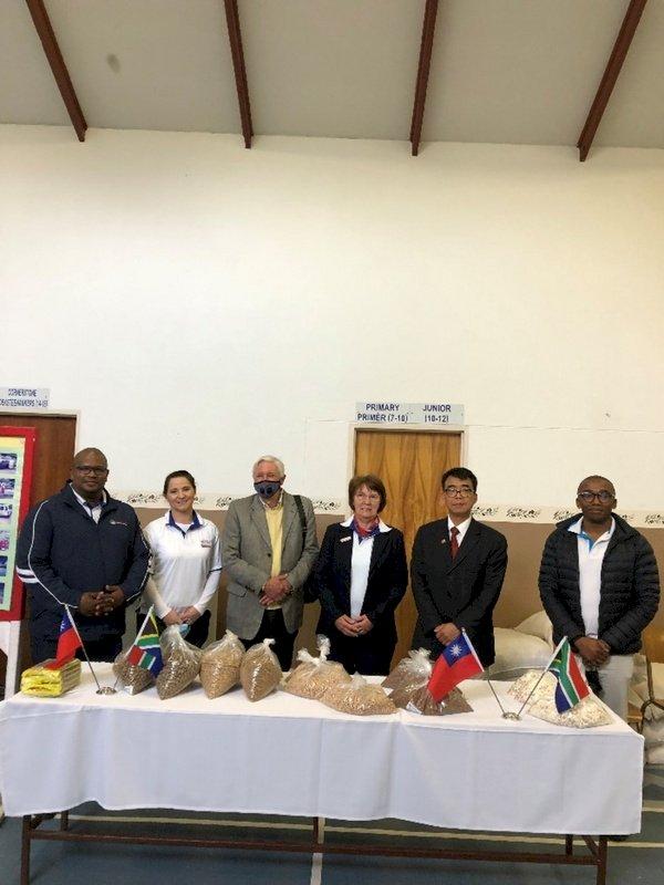南非開普敦駐處捐贈食材 嘉惠學校助弱勢