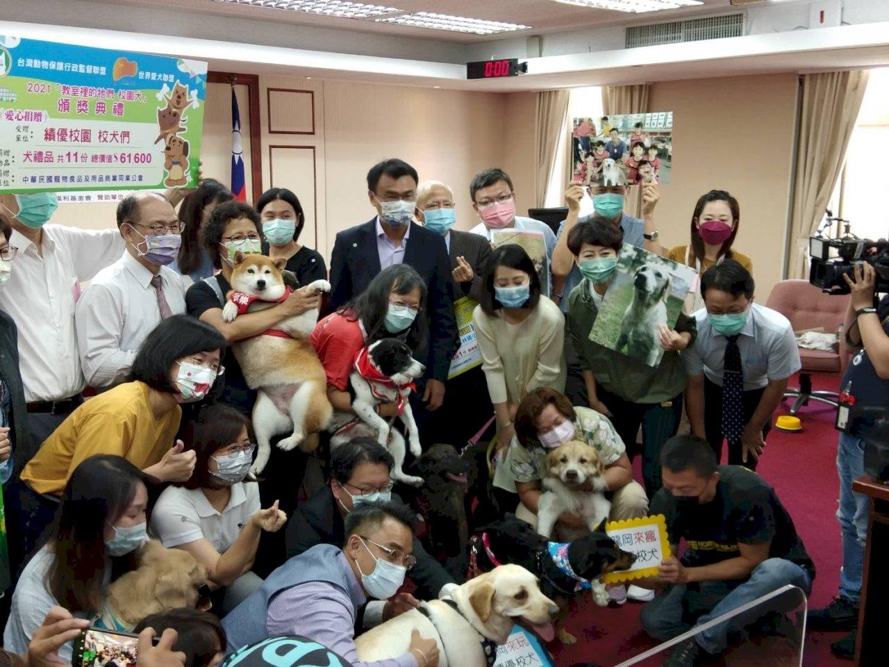 推廣校園「毛老師」 陳吉仲:全面支持校犬計畫經費