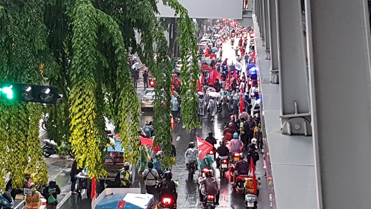 泰國總理逃過不信任案 曼谷上百名抗議者雨中抗議