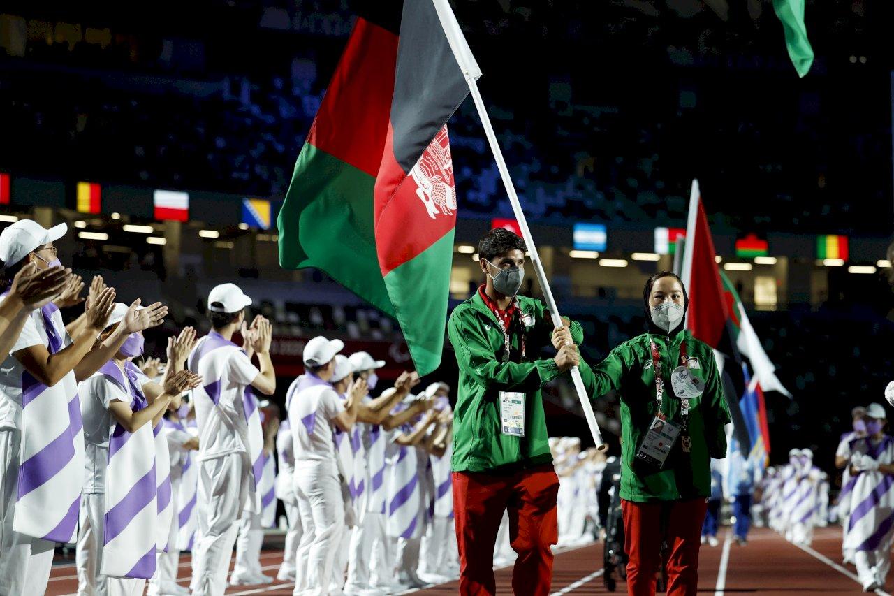 東京帕運閉幕式 阿富汗選手高舉國旗入場