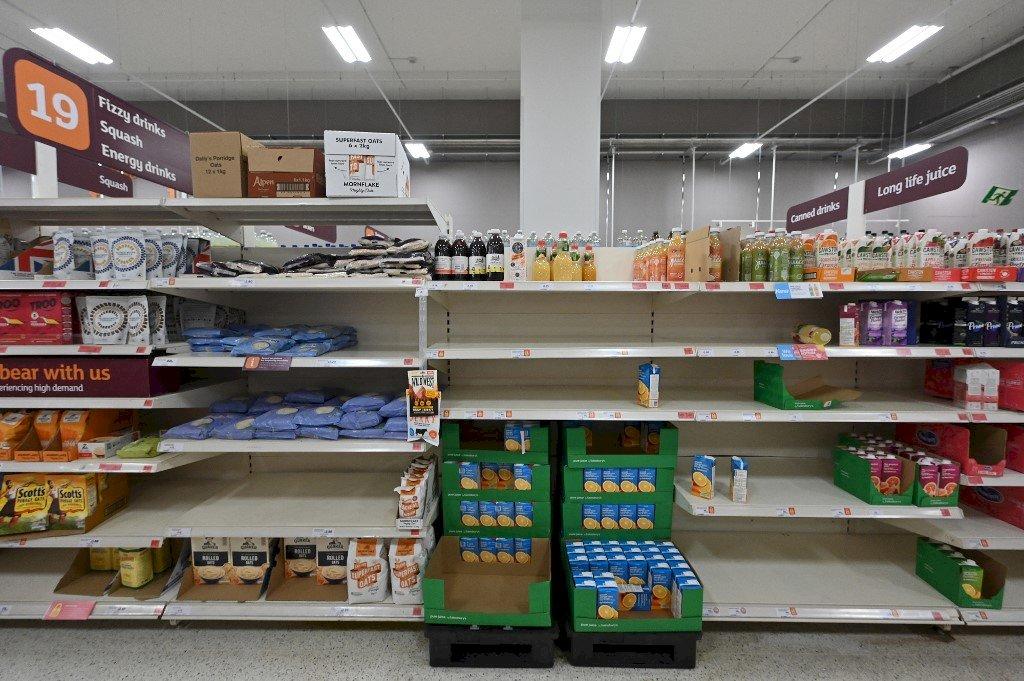 没有牛奶或瓶裝水:英國購物者面臨便利店商品短缺