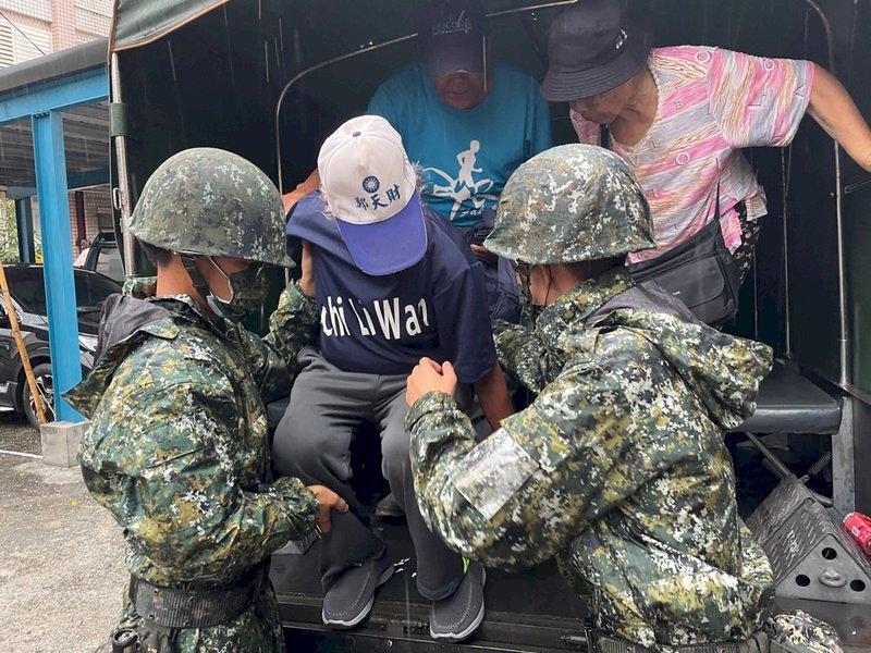 颱風璨樹逼近 軍警協助花蓮逾2000人預防性撤離