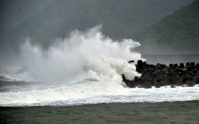 中南部雨勢大北東悶熱 沿海仍有長浪