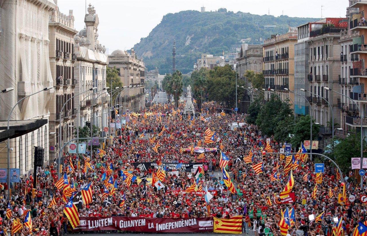 持續爭獨立 加泰隆尼亞逾十萬人上街示威