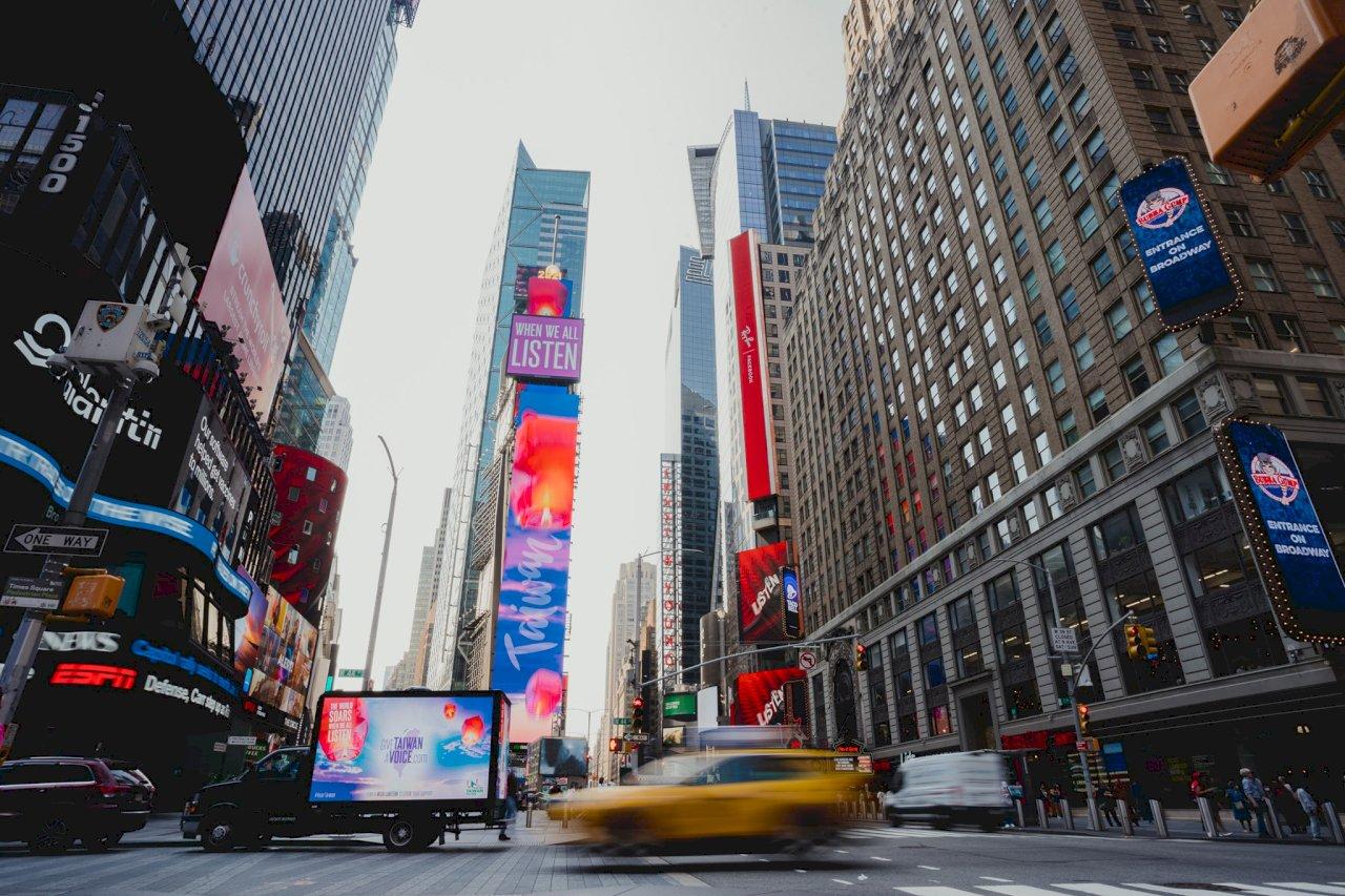 台灣天燈時報廣場大螢幕升空 訴求參與聯合國