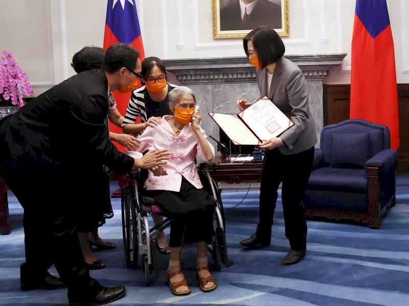 鍾信心服務護理界80年 總統親頒首座台灣護理典範獎表揚