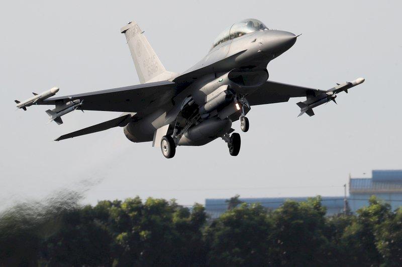 空軍:嘉義基地F-16起落架意外收起 造成輕損