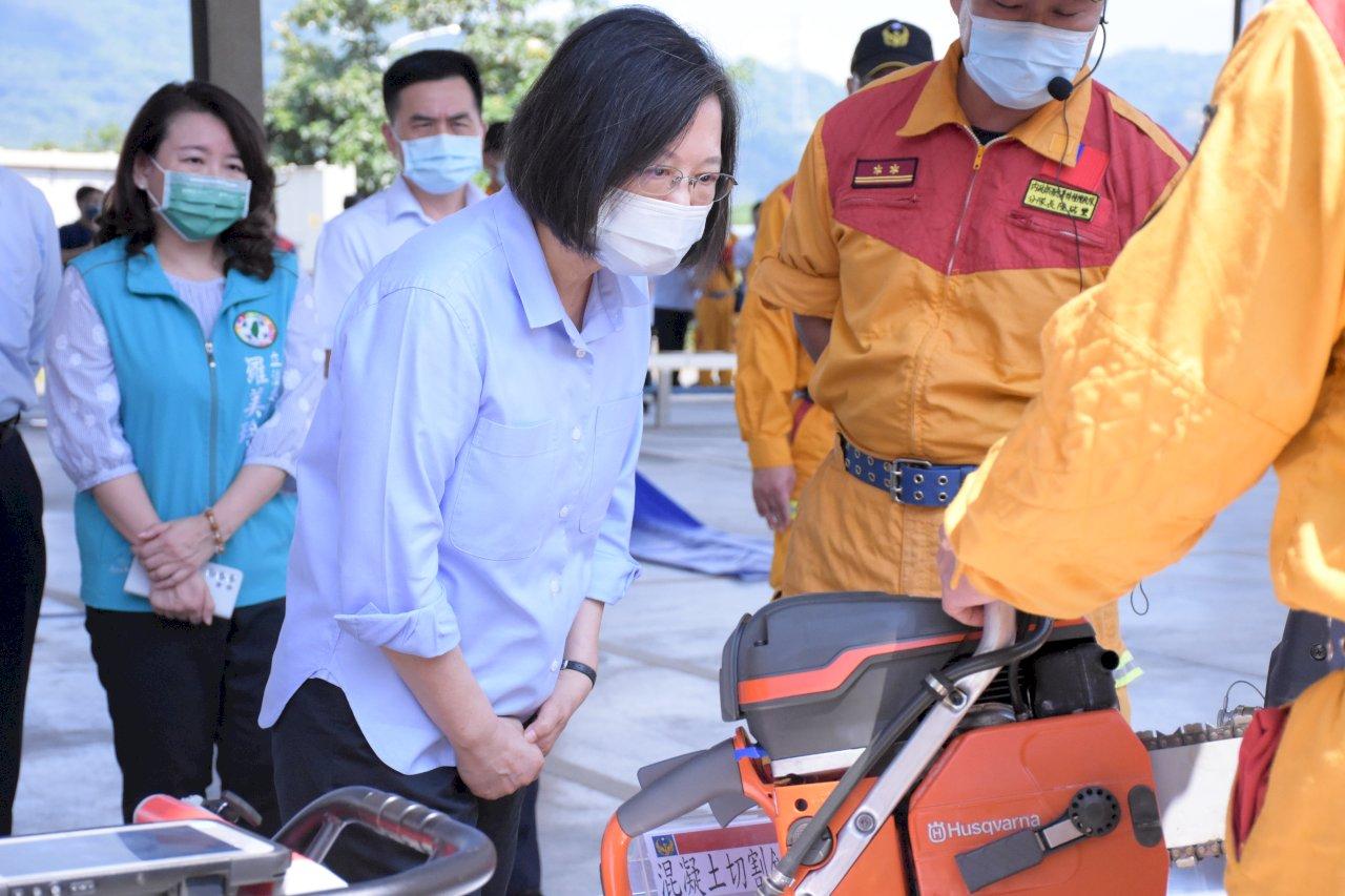 視察消防訓練中心  總統:定做消防夥伴最堅強後盾