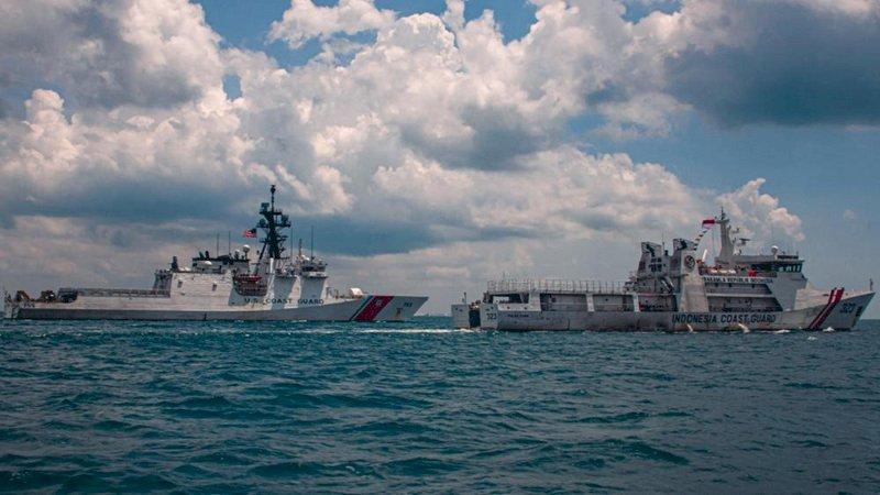 美軍海巡艦穆洛號與印尼在新加坡海峽演習