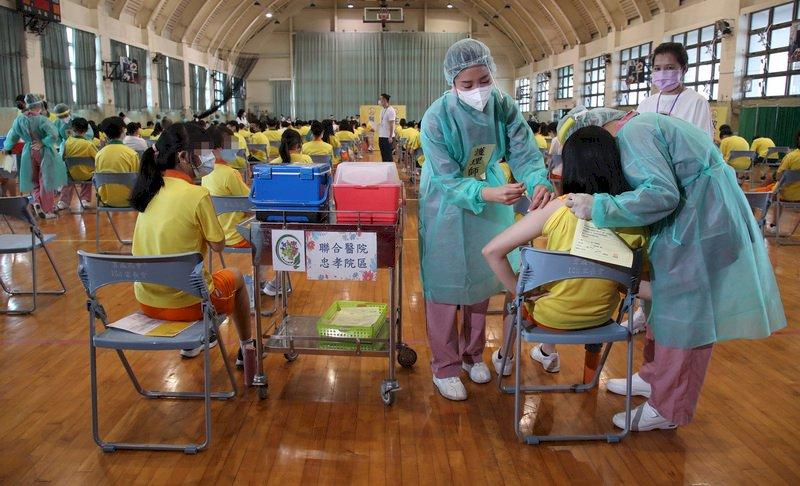 北市校園BNT接種首日施打96.5% 48人出現不適
