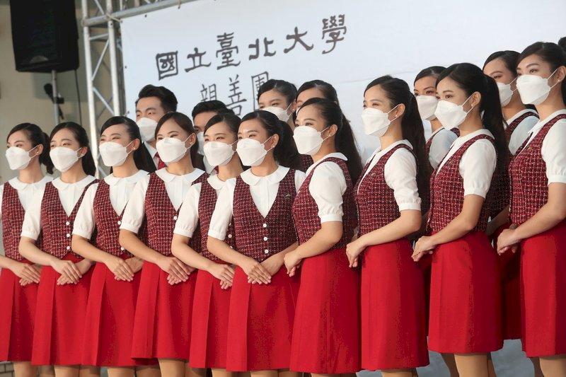 台北大學國慶典禮親善團記者會24日在台北大學民生校區舉辦,禮賓人員戴著口罩出場,動作整齊劃一。中央社記者吳家昇攝  110年9月24日 (圖:中央社)