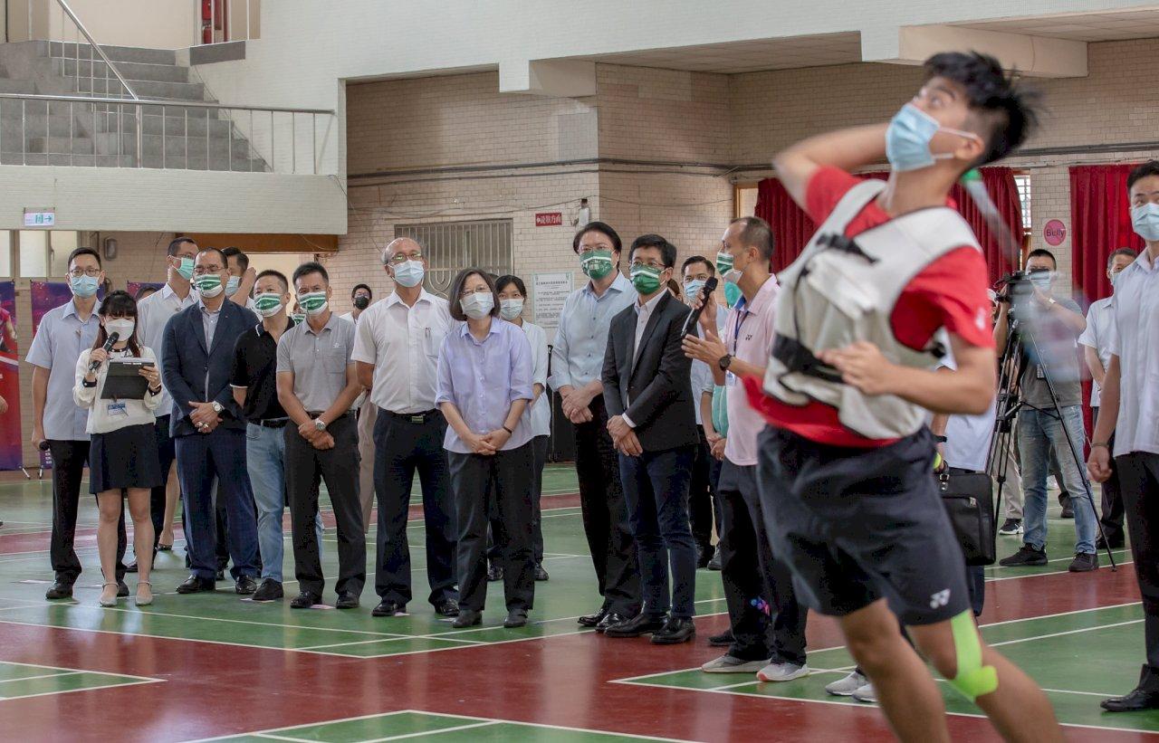 總統:評估打造青少年羽球訓練中心 給選手更好訓練與照顧