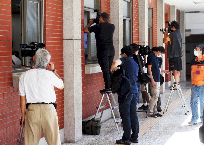 經濟部長王美花、農委會主委陳吉仲等27日到立法院經濟委員會就「加入CPTPP對台灣產業的衝擊-定位、時程規劃與因應」進行報告並備質詢,不少媒體到場關注。中央社記者施宗暉攝  110年9月27日 (圖:中央社)