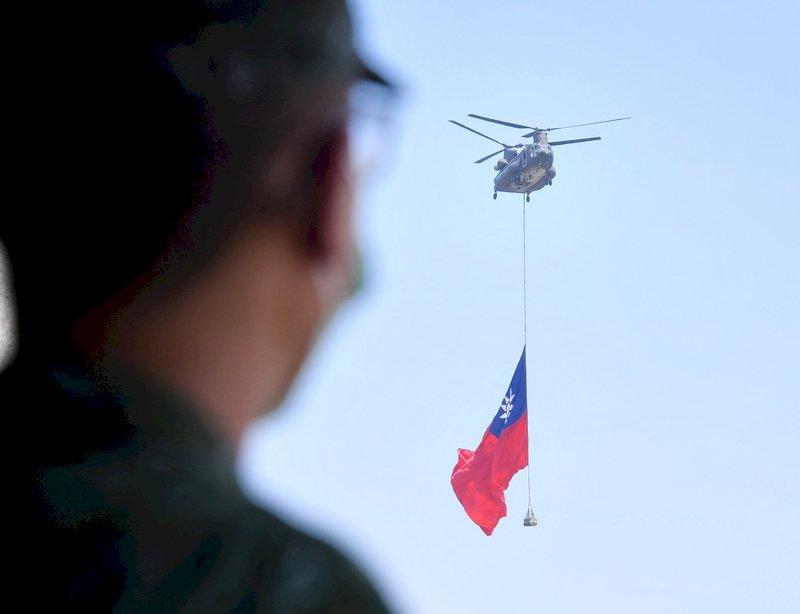 今年雙十國慶活動的亮點,是陸軍CH-47重型運輸直升機吊掛18乘12公尺巨幅國旗通過總統府上空。陸軍航特部601旅28日在桃園龍城營區進行預演,直升機成功升空,國旗在空中飛揚。中央社記者王飛華攝  110年9月28日 (圖:中央社)