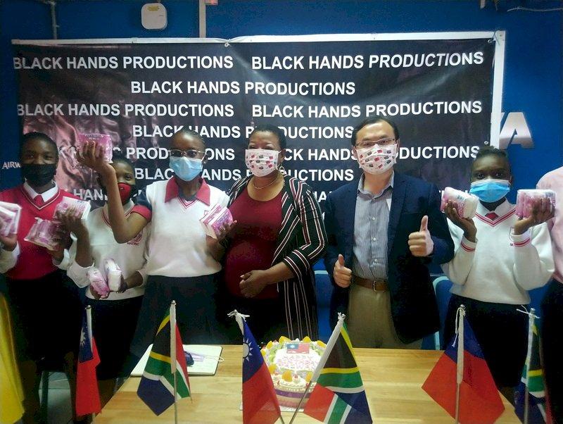 國際女童日 駐南非代表處捐贈女學生衛生用品