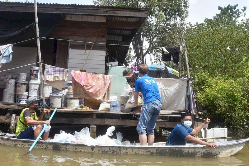 泰國洪患一個月積水不退 民眾等待救援物資